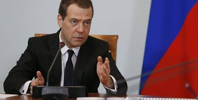 Медведев призвал довести МРОТ до уровня прожиточного минимума за два года