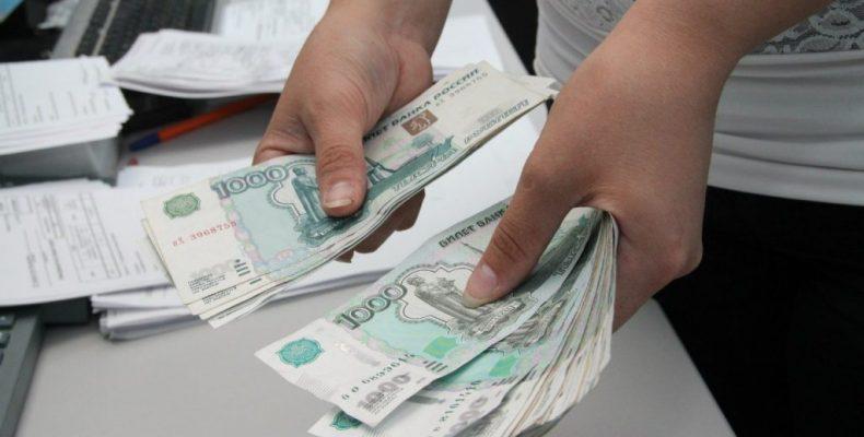 Принципы оплаты нерабочего месяца разъяснили в Роструде